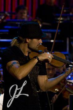 "David Garrett playing ""Pirates"" in the rehearsal for ""Echo Klassik"" Awards 2008 in Múnich."