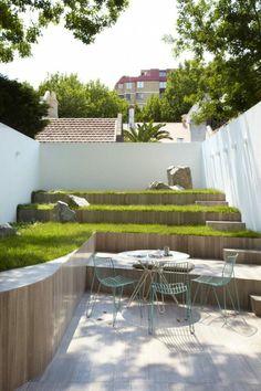 New ein wei es H uschen in der Ecke Sichtschutz aus Holz zwei Bonsai B ume Gartengestaltung modern Kreative Ideen f r Gartenzubeh r Pinterest Bonsai