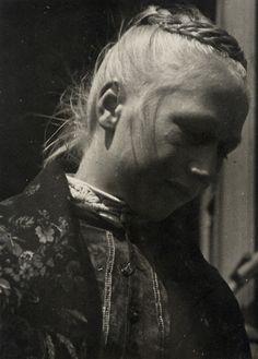 """""""Mädchen in Tracht in Niedereisenhausen, 1936"""", in: Historische Bilddokumente <http://www.lagis-hessen.de/de/subjects/idrec/sn/bd/id/112-128> (Stand: 5.9.2012) #Obergericht"""