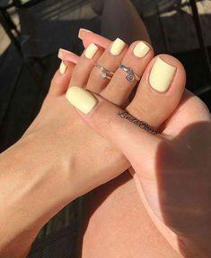 Gelbe Mani als Sommer Mood Booster - Nageldesign - Nail Art - Nagellack - Nail Polish - Nailart - Nails - Cute Acrylic Nails, Cute Nails, Pastel Nails, Pretty Toe Nails, Acrylic Toes, Holiday Acrylic Nails, Painted Toe Nails, Lilac Nails, Lavender Nails