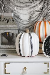 Last minute easy Halloween decor ideas and projects. How to decorate for Halloween. Pretty Halloween, Halloween Porch, Holidays Halloween, Halloween Pumpkins, Happy Halloween, Fall Crafts, Holiday Crafts, Holiday Fun, Halloween Projects