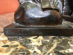 3/4 Paire De Serre Livres En Bronze figurant un couple de personnages asiatiques assis . Signé HAUCHECORNE Inscription cire perdue et Susse frères editions Paris Cachet également de la fonderie