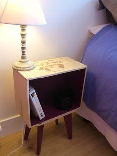 Ensemble de 2 tables de chevet en caisse de vin pieds compas. Fait main
