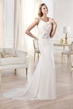 Ein bisschen harmlos kommt dieser leicht fallende Brautkleidschnitt daher. Die Wirkung liegt ganz in der Natürlichkeit der Braut.