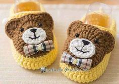 """Adorable chausson pour bébé , orné d'un ourson , proposé par """" Handmade Turkey """" de sa page facebook , avec sa grille gratuite ! Je souhaite un bon crochet à toutes celles qui voudraient réaliser ces jolis chaussons pour bébé ! Mes ouvrages en vente :..."""