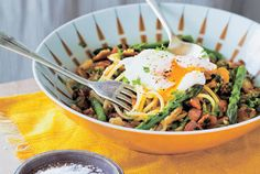 Spring breakfast spaghetti recipe, Bite – This is a recipe from my cookbook Nadias Kitchen. Pasta makes a terrific sustaining breakfast or brunch. I called this breakfast spaghetti as it has the main suspects youd expect to have for weekend brekkie bacon, eggs and toast. – foodhub.co.nz Asparagus Bacon, Sustainable Food, Spaghetti Recipes, Christmas Cooking, Spring Recipes, Chef Recipes, I Foods, Food Processor Recipes
