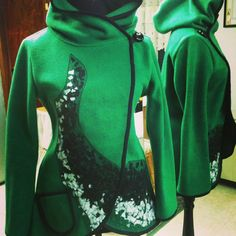 Tapado Polar verde con aplicaciones de telas recicladas #puq #puntaarenas #chile #patagonia #fall #winter #instapuq #instalike #instachile #fashion #moda #instafashion #instamoda #coat #jacket #verde #green