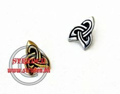 Dekorativ nitte med keltisk tredobbelt knude lavet efter fund.  Kan bruges som pynt til tasker og bælter.  Dimension: 2.0 cm x 1.5 cm