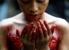 Молитва мальчика после самоистязания в день поминовения шиитских мучеников. Янгон, Мьянма.