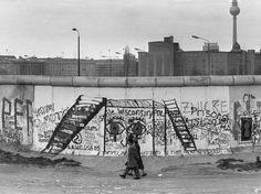 Casal passa em frente a pichações no lado ocidental da barreira física, em abril de 1984  Foto: AFP
