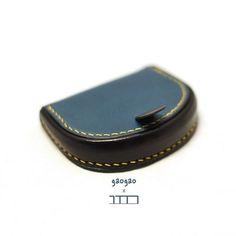[W-023] 말발굽 동전지갑  베지터블 (컬러 조합) 9 x 7 x 2 말발굽 동전지갑 디자인 조금 변경 아직도 동전지갑을 만들고 있습니다 ㅎㅎ; 또 다른 동전지갑은 구정연휴가 끝나고 업로드 해야겠네요. 이 말발굽동전지갑은 주문이나 자주는 못만들듯 합니다... 시간 될때 조금씩 만들어두어야 할 아이템. . . #꾹공방 #꾹가죽공방  #연남동가죽공방  #홍대가죽공방  #가죽공방 #주문제작 #가죽지갑 #가죽가방  #Leathercraft  #Saddlestitching  #boxstitching #핸드메이드 #동전지갑 #연남동가죽공방