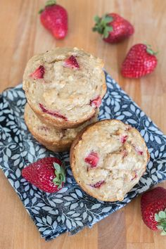 These Strawberry Oat Muffins deliver bursts of fresh strawberry goodness in a tender, hint-of-vanilla packaging. Perfect for breakfast, b. No Bake Desserts, Healthy Desserts, Easy Desserts, Delicious Desserts, Dessert Recipes, Healthy Recipes, Healthy Baking, Tart Recipes, Cheesecake Recipes