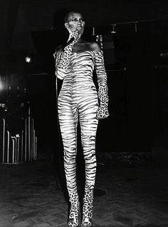 Grace Jones, a very talented lady years ahead of her time! Jones Fashion, 90s Fashion, Vintage Fashion, Grace Jones, Studio 54, Glamour, Mode Vintage, Lady And Gentlemen, Amazing Grace