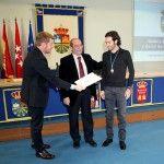 Manuel Robles hace entrega de la Medalla de la Ciudad al ciclista Dani Moreno