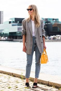 There's something so effortless yet put-together about throwing on an oversized blazer. Whether you're wearing it with jeans for the weekend or pants for the office, sizing up in your favourite blazer is an easy… View Post Street Looks, Look Street Style, Street Style Inspiration, Mode Inspiration, Look Blazer, Plaid Blazer, Oversized Blazer, Gray Blazer, Checked Blazer