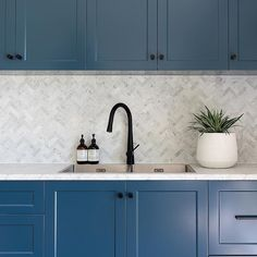 Carrara Marble Herringbone tiles from were the perfect choice to contrast with our navy blue kitchen cabinets 📸… Navy Blue Kitchen Cabinets, Diy Kitchen Cabinets, Kitchen Ideas, Kitchen Trends, Marble Herringbone Tile, Kitchen Wall Colors, Black Kitchens, Luxury Kitchens, Kitchen Handles