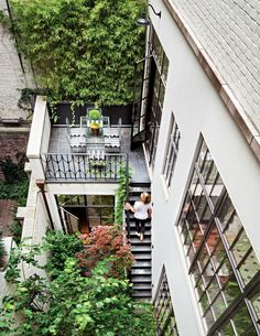 Upper East Side Townhouse was renovated and redesigned by Steven Harris Architects in collaboration with designer Rees Roberts, located in New York. Design Patio, House Design, Interior Exterior, Exterior Design, Outdoor Spaces, Outdoor Living, Indoor Outdoor, Interior Design New York, Casa Patio