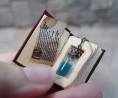 Mini potion bottle in a tiny book Objet Harry Potter, Deco Harry Potter, Bottle Charms, Bottle Necklace, Miniature Bottles, Miniature Crafts, Mini Craft, Handmade Books, Handmade Journals