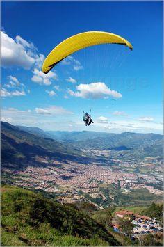 Paragliding in den Bergen nahe Medellin Bilder: Poster von Damian Turski bei Posterlounge.de