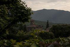 Viladrau viu protegida per les serres del Montseny i les Guilleries, per això ha resultat un dels paratges més acollidors per a famílies que buscaven segones residències, fugint de la magnitud de les ciutats.