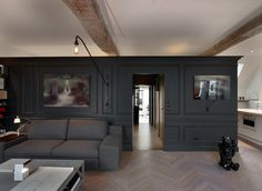 Gli interni di un'antica mansarda a Parigi Saint-Germain-des-Prés tra soluzioni architettoniche moderne e arte…