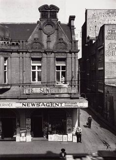 Haymarket Newsagency at 181 Hay St,Haymarket,Sydney (year unknown).Most recent Cyril's Delicatessen (now vacant). Vintage Architecture, Historical Architecture, Newtown Sydney, The Rocks Sydney, Australian Photography, Sydney City, Victorian Photos, As Time Goes By, Aussies