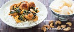 Gezonde Oosterse maaltijd met frisse kipballetjes, geroerbakte paksoi en cashewnoten