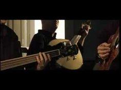 Ana Moura - Os Búzios (letra e música de Jorge Fernando. in álbum Para Além da Saudade (2007). ________________________________________  Os Búzios  Havia a solidão da prece no olhar triste Como se os seus olhos fossem as portas do pranto Sinal da cruz que persiste Os dedos contra o quebranto E os búzios que a velha lançava Sobre um velho m...