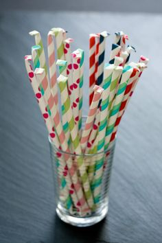 Homemade Pixie Sticks {Party Favors} Looking for a unique and fun idea for an event you are planning? These homemade pixie sticks are perfect for… Homemade Candies, Homemade Gifts, Party Treats, Party Favors, Cadeau Surprise, Jar Gifts, Candy Gifts, Cupcakes, Candy Making