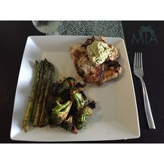 """""""Post-Workout clean Gainz on a low carb day for me!  8 oz grilled chicken topped with homemade guacamole Sauté asparagus & Broccoli - Making sure I'm…"""""""