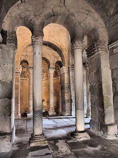 San Fructuoso de Montelios (en portugués São Frutuoso de Montélios) es una capilla visigoda que se encuentra en la actual Braga (Portugal), se construyó entre los s. V y VI. Se encuadra en el marco histórico de la antigua Hispania visigoda / https://www.flickr.com/photos/124341037@N07/14195856390/in/photolist-nCrtwE-nUCB1k