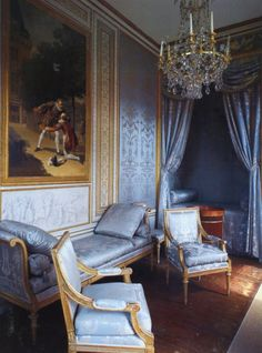 Göra som förr i tiden och ha samma färger på möbler gardiner och väggar? Då var det tyger som spändes upp på väggen. Idag finns flera firmor som har både tapeter och möbeltyger.
