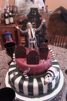 Beetlejuice....Always has always will be one of my favorite movies I would love a cake like this!