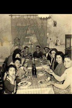 La famiglia loggia riunita in una cena alla fine degli anni 50 la ragazza con la camicia a quadri e mia nonna - Inviata da Giosue Fortino —