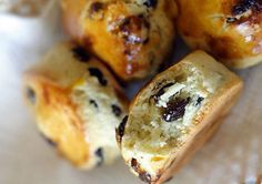 Raisin Scones - If you like raisins and scones, you will love this simple, irresistible, and delicious raisin scones recipe. Raisin Scones, Tea Biscuits, Bread And Pastries, Easy Delicious Recipes, Artisan Bread, Quick Bread, Bread Recipes, Raisin Tea Biscuit Recipe, Sweets