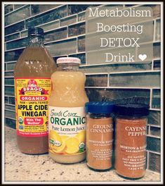 How to make detox smoothies. Do detox smoothies help lose weight? Learn which ingredients help you detox and lose weight without starving yourself. Week Detox Diet, Detox Diet Drinks, Body Detox Cleanse, Full Body Detox, Detox Diet Plan, Smoothie Detox, Juice Cleanse, Detox Juices, Health Cleanse