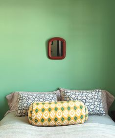 Design pro Sabine Tucker has a knack for mixing unexpected pieces to exquisite effect. Luckily, she's willing to share her secrets. Here are seven strategies for serene spaces that express who you are—and what you love. Bedroom Green, Green Rooms, Moroccan Bedroom, Green Walls, Master Bedroom, Room Colors, Wall Colors, Bed Without Headboard, Headboard Designs