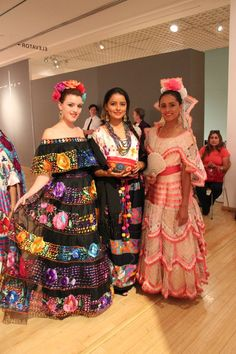 Chiapas culture and fabrics Mexican Costume, Mexican Outfit, Mexican Dresses, Mexican Party, Folk Costume, Traditional Mexican Dress, Traditional Fashion, Traditional Dresses, Mexican Men