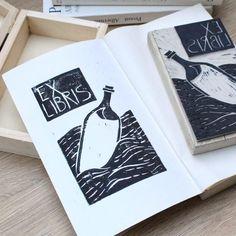 Aucune description de photo disponible. Ex Libris, Diys, Bookbinding, Tutorial, Blog, Diy Projects, Drawings, Illustration, Artist