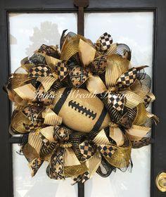 Wreath Ideas, Diy Wreath, Ornament Wreath, Deco Mesh Wreaths, Door Wreaths, How To Make Mums, Saints Wreath, Sports Wreaths, Cross Wreath
