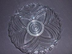 """Schotel van Val st Lambert Gesingeerd met Pavillions doorsnede 20 cm. Persglas in België vooral bekend door de collectie """"LUXVAL"""" van val Saint Lambert ontstaan tijdens de crisis jaren dertig van de  20e eeuw , ander grote naam is ook het glaswerk bedrijf Scailmont die in de zelfde periode heel creatieve kunstige objecten  heeft gemaakt het werd op de markt gebracht als alternatief voor de veel duurdere kristal. In Amerika wordt de term gebruikt voor persglas gemaakt tussen ca. 1925 en 1960."""