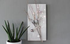 AW80 – Edle Weihnachtswanddeko! Holzbrett dekoriert mit einem Rebenast, Sternen aus Birke, Kugeln und Beleuchtung! Preis 44,90€ Größe 30x60cm