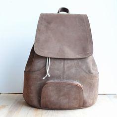 Ce cuir est un cuir très dense assez rigide. Le sac à dos m'accompagne dans mes déambulations.  Il se ferme à l'aide d'un cordon et possède de nombreuses poches de rangemen - 16796224