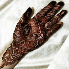 From modern to traditional, from simple to heavy, here are 25 latest bridal mehndi designs for 2019 for your wedding. Discover the top new mehndi trends! Henna Hand Designs, Mehandi Designs, Latest Bridal Mehndi Designs, Stylish Mehndi Designs, Wedding Mehndi Designs, Mehndi Design Pictures, Best Mehndi Designs, Beautiful Henna Designs, Mehndi Designs For Hands
