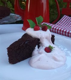 CHOCOLATECAKE WITH STRAWBERRY-WHIPPED CREAM, delicous recipe on http://marlenesmadblog.dk/