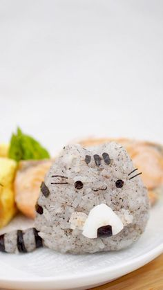 , Doctor Sculpts Rice into Adorably Colorful Characters to Dazzle Everyday Bento Boxes , For some, cute food is more than just a passing trend… it's a way of life. Thailand-based doctor and food artist Nawaporn Pax Piewpun (aka Peaceloving. Kawaii Bento, Food Design, Design Ideas, Cute Food, Yummy Food, Cute Bento Boxes, Japanese Food Art, Chinese Food, Food Artists