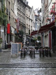 The Grand Sablon – In the depths of the antique market district and surrounded by cafes, this area is an amazing place to walk around. The Church of Notre Dame du Sablon is also an amazing piece of Gothic architecture to be seen here.