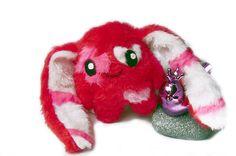 Fluse Hase  in Rot-Pink und Weiss,aus hochwertigem farbechtem Kuschel -Plüsch undFell-Imitat. Augen sind aus Filz) ! Einzelstück!Unikat! Nach eigener
