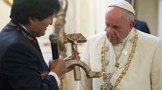 Una imagen ha dado la vuelta al mundo en el primer día del Papa Francisco en Bolivia: un Cristo crucificado sobre una hoz y un martillo –símbolo del comunismo–, el regalo con el que el presidente Evo Morales lo recibió en La Paz.
