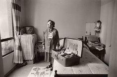 'Desaparecidos' de Gervasio Sánchez. Anita Rojas con la maleta de su hijo Alfredo Rojas, desaparecido el 4 de marzo de 1975. Santiago (Chile), marzo de 2000 Copyright Gervasio Sánchez